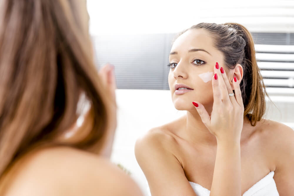 Woman applying Vivo Hyaluronic Acid Day Cream